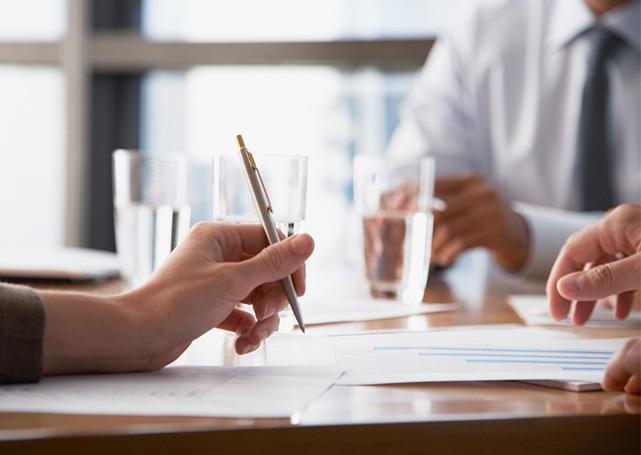 Długopis, karta iszklanki wody nastole